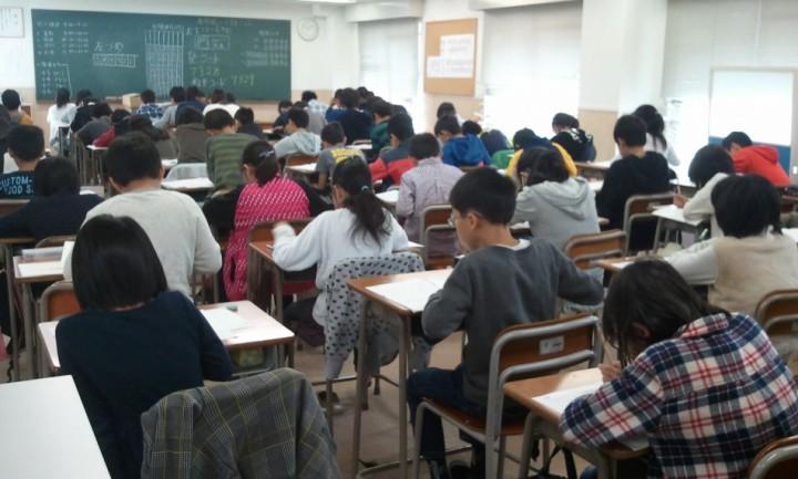 小学生テスト風景。みなさん真剣に問題を解いています。